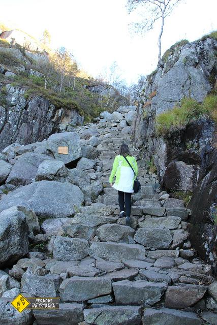 Subindo a trilha para o Pulpit Rock, Noruega. Foto: CFR / Blog Pegadas na Estrada